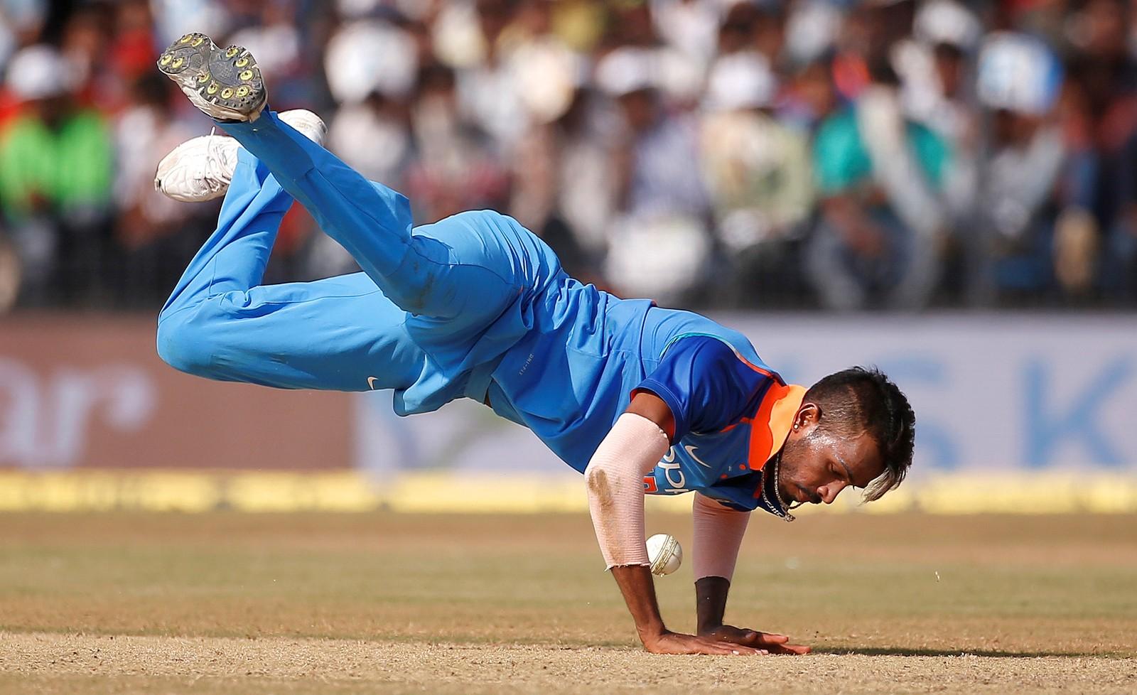 Det ser ut som om han danser break dance, men det er nok heller slik at indiske Hardik Pandya stuper etter ballen i en cricketkamp mot Australia i Indore i India.