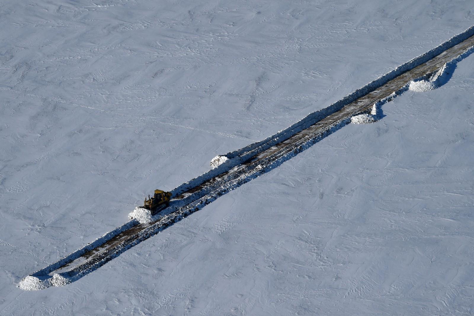ØDELAND: En bulldoser brøyter veien som går frem til havnen i Sabetta. Det er 2450 kilometer til hovedstaden Moskva.