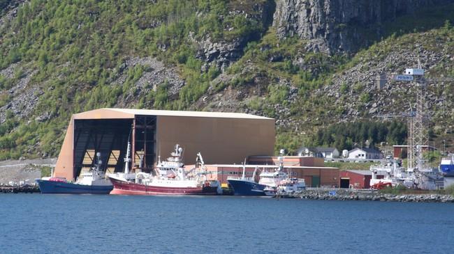 Fiskeri og fiskerirelaterte verksemder har vore og er framleis grunnpilaren i næringslivet i Vågsøy. Båtbygg på Raudeberg er ei av fleire verksemder som lever av oppdrag frå fiskeflåten. Foto: Ottar Starheim, NRK.