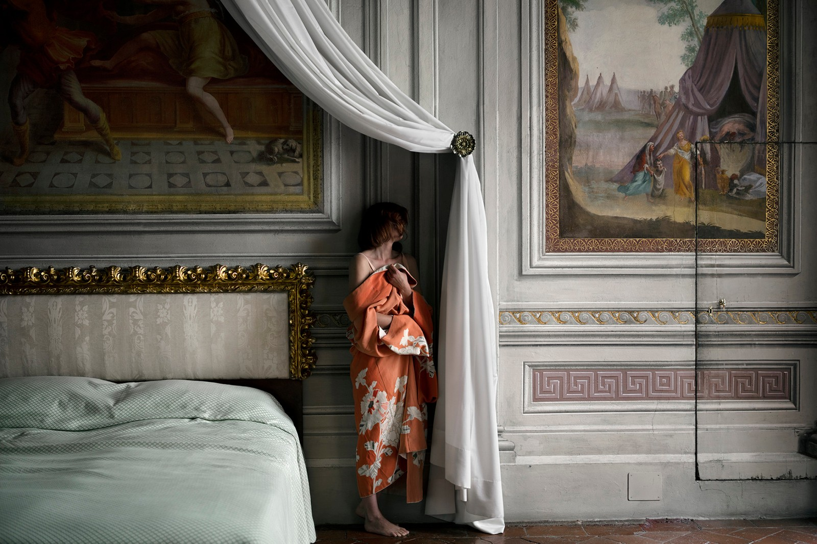 """THE BEDROOM: """"Hvem er du når ingen ser deg?"""" er at av temaene i utstillingen """"The Woman Who Never Existed""""."""