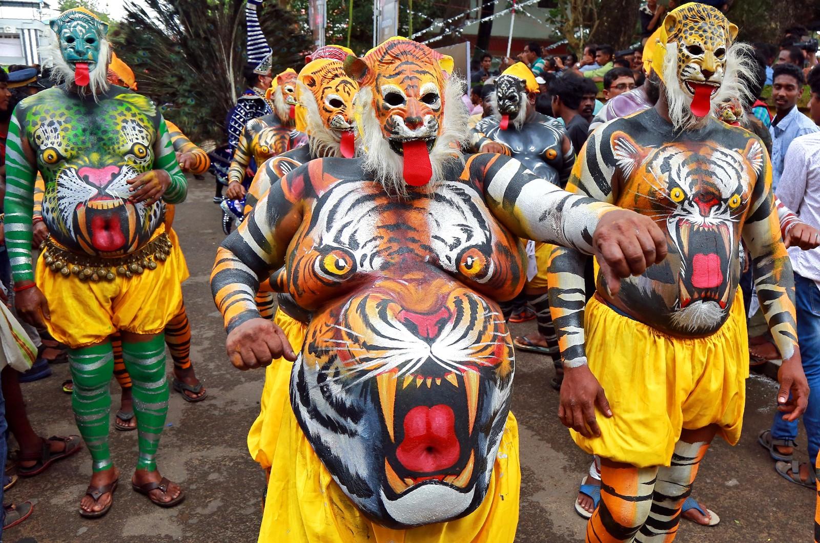 Slik markerer man starten på høytiden Onam i Kochi i India.