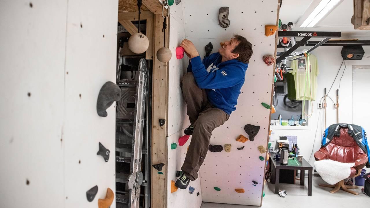 Ørjan Harila i klatreveggen i garasjen.