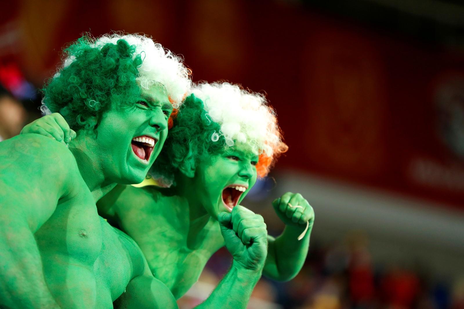 Håpet er lysegrønt. Disse irske gutta gir alt før kampen mellom Irland og Wales. Irland vant kampen 1-0.