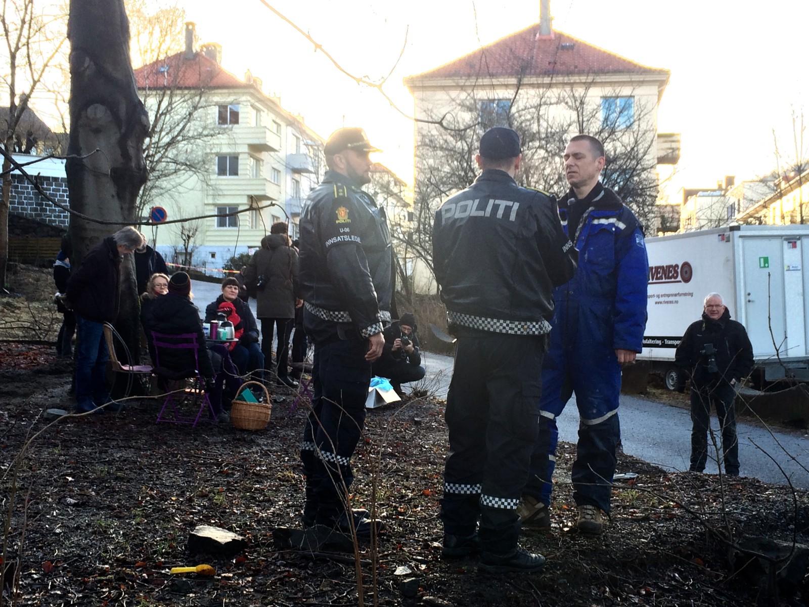 Politiet møtte opp for å mekle mellom partene i saken. Her velforeningsleder Tormod Carlsen (til h.) i Sydnes og Nøstet Vel i samtale med innsatsleder John Endre Skeie.
