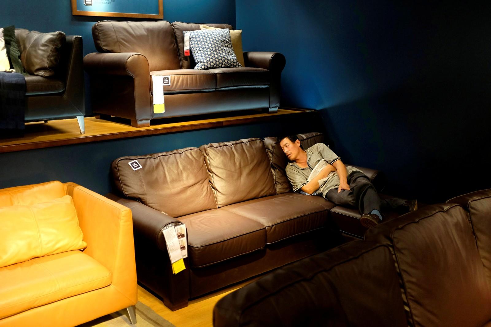 Seriøs sofatesting hos Ikea i Beijing.