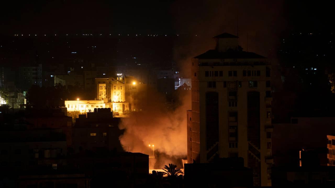 Røyk stiger opp etter at en bombe har truffet mål i Gaza by under bombingen natt til fredag 14. mai.