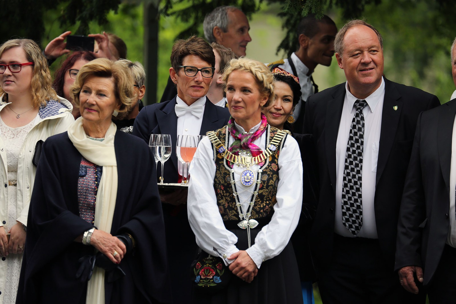 Fra hagefesten utenfor kongeboligen Ledaal i Stavanger – Dronning Sonja, Stavanger-ordfører Christine Sagen Helgø og Leif Erik Egaas.