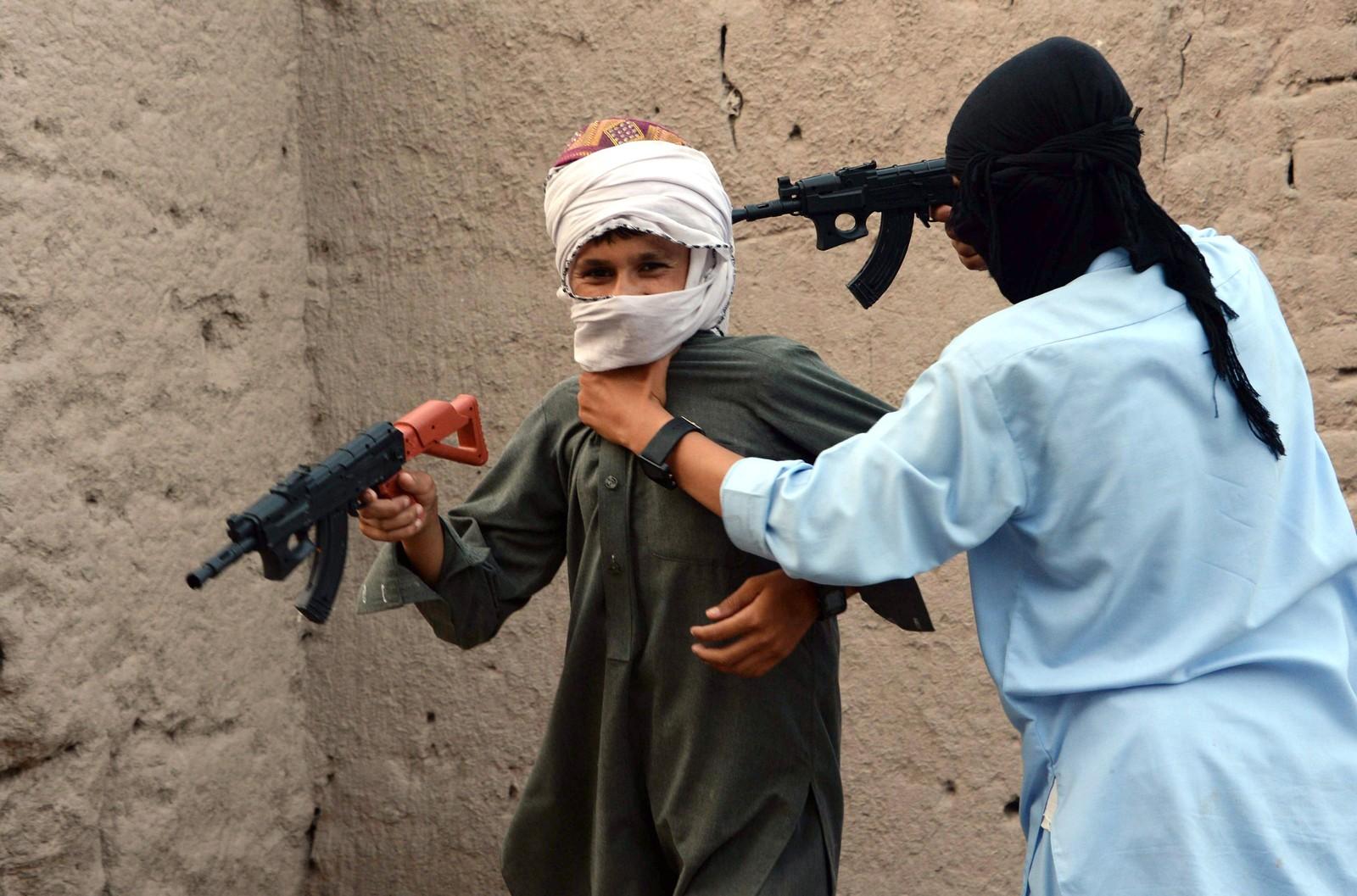 Det ser alvorlig ut, men er heldigvis bare lek. To afganske barn leker med plastvåpen for å feire slutten på fastemåneden Ramadan. Afghanistan innførte 21. juli forbud mot salg av Kalashnikov-imitasjoner og andre lekevåpen etter at mange unge ble skadet i lek under årets feiring. Myndighetene håper også at forbudet skal bidra til å dempe den voldelige kulturen blant mange unge i landet.