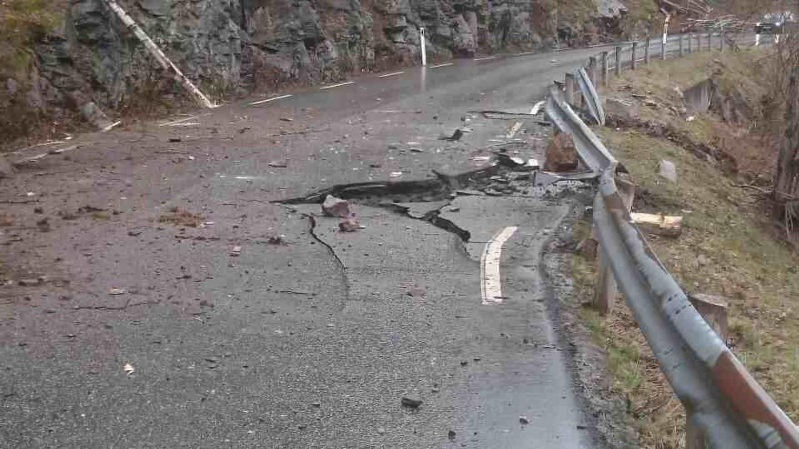 Slik såg det ut like etter at raset gjekk. Det er tydelege spor etter steinar som forsvann vidare ned mot fjorden.