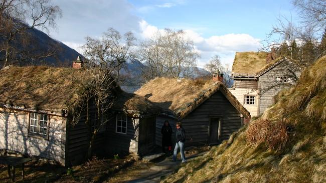 Astruptunet med det eldfaste bygget til høgre. Foto: NRK.