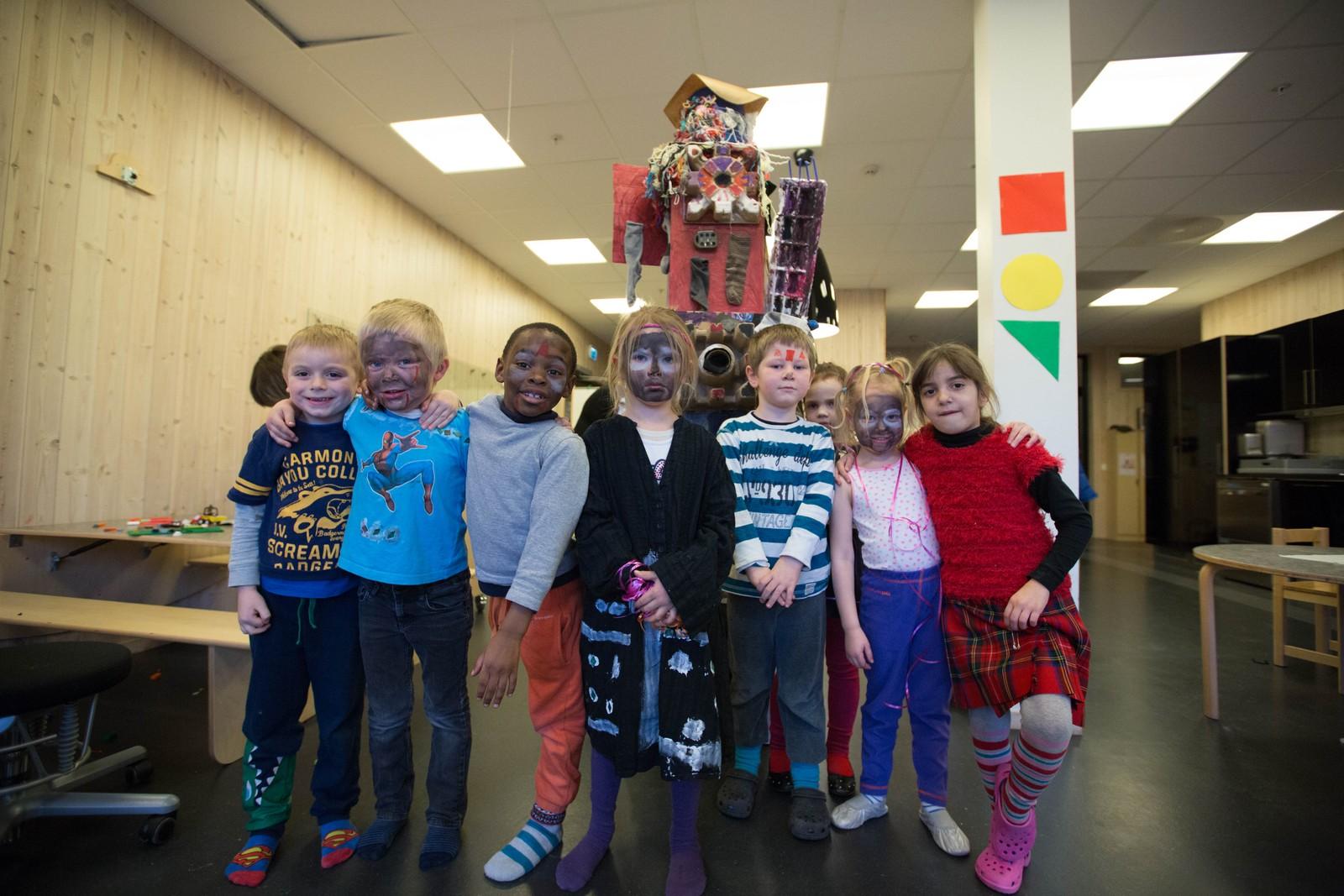 Barna viser stolt frem sokketrollet de har laget.