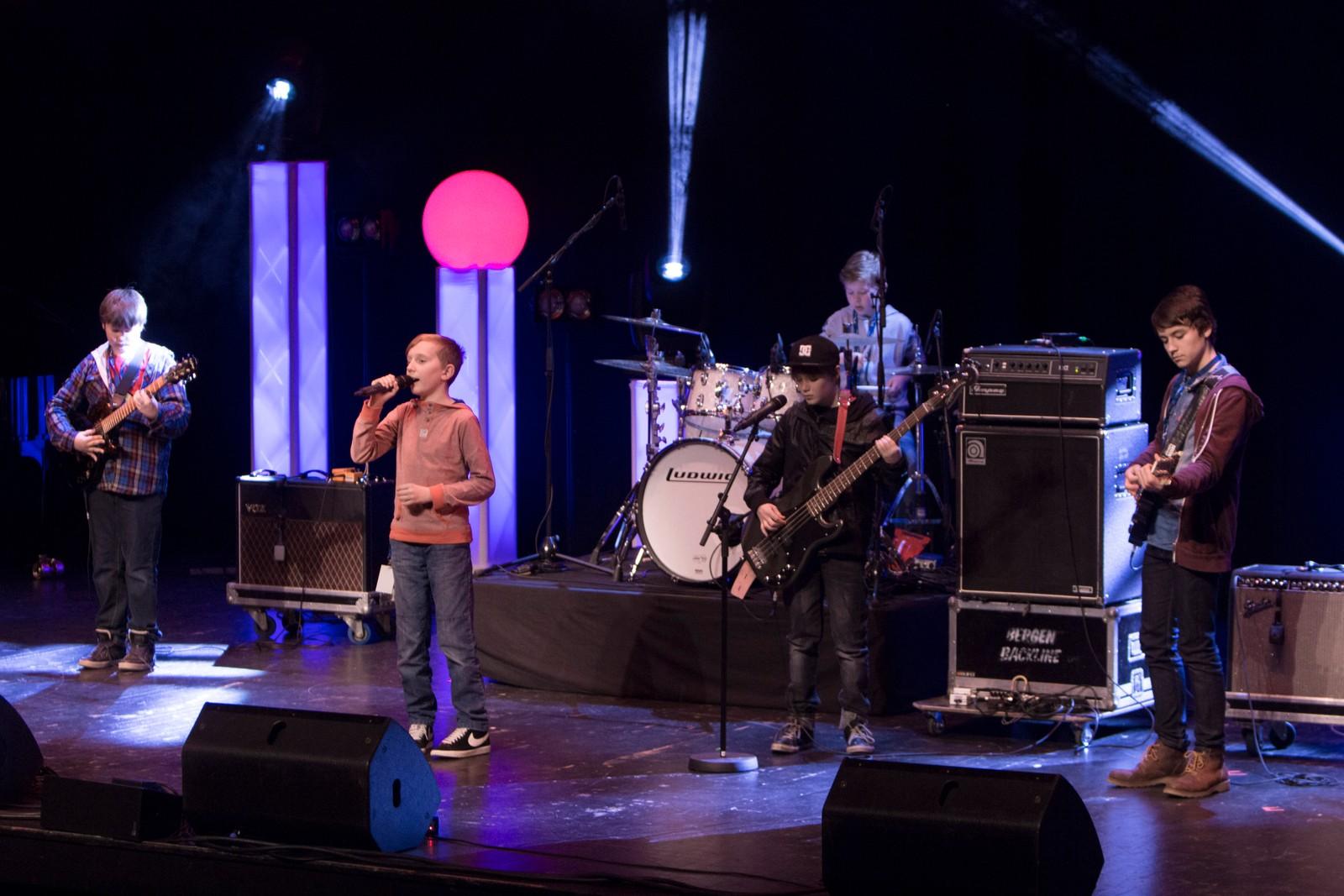 """LÆRDAL: Aksel Norstrand Bøkenes, Gard Hunderi, Knut Isdal Lindstrøm, Marcus Sørensen og Samuel Eines kallar seg """"Band 1"""" og framfører """"Wild Thing"""""""