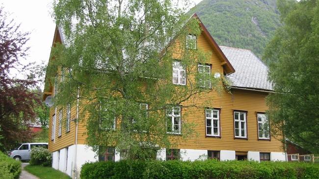 I dette huset i Årdal heldt kommuneadministrasjonen til fram til 1977. Foto: Arild Nybø, NRK.