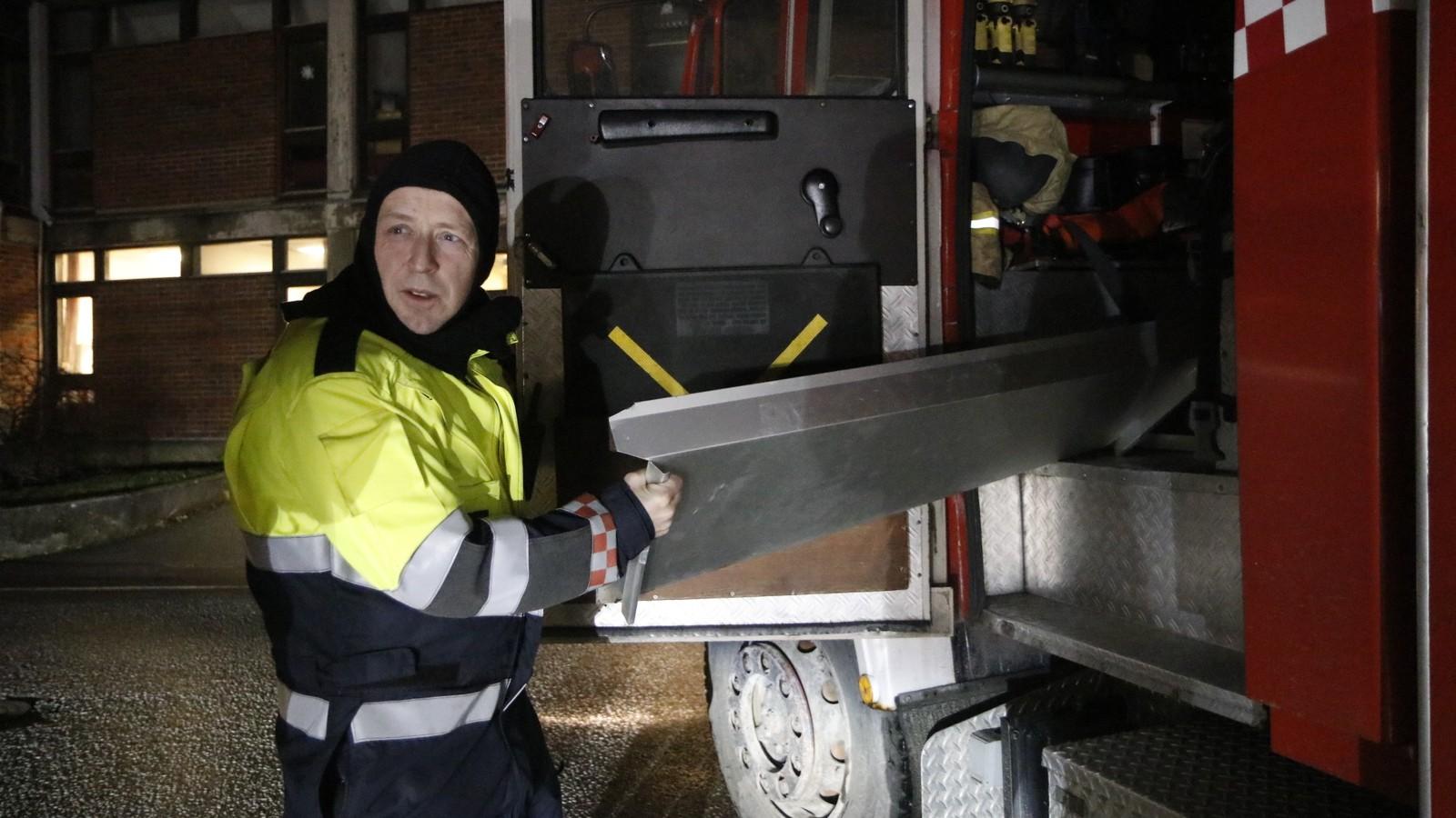 Brannmannskap måtte ut og sikre lause takbeslag i Florø sentrum.