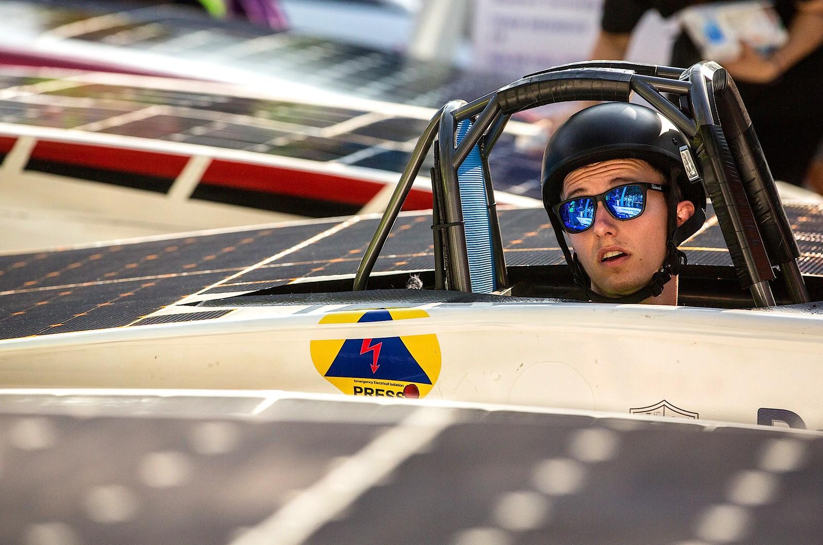 En deltaker i World Solar Challenge venter på starten i Darwin i Australia. De soldrevne bilene kjører en rute på over tre tusen kilometer før de er i mål.