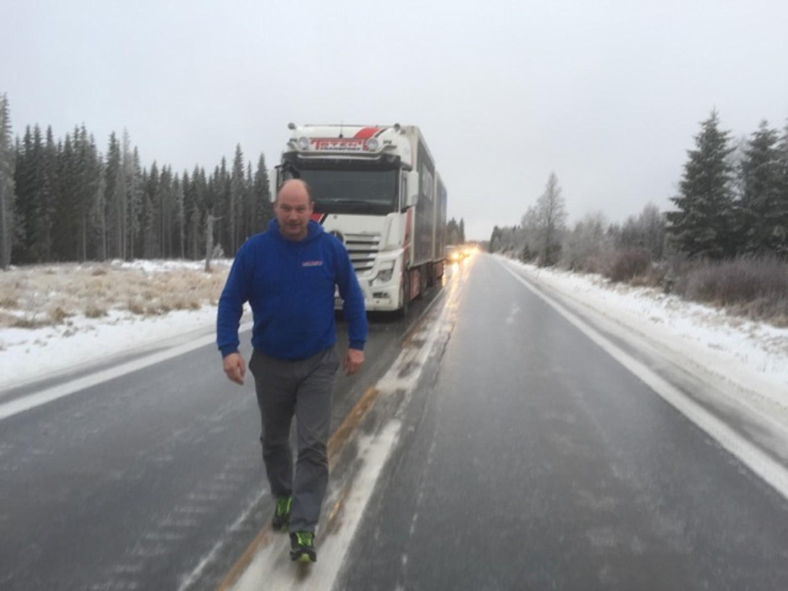 Leif Egil Larsen fra Toten transport forteller at det er svært glatt og vanskelige kjøreforhold.