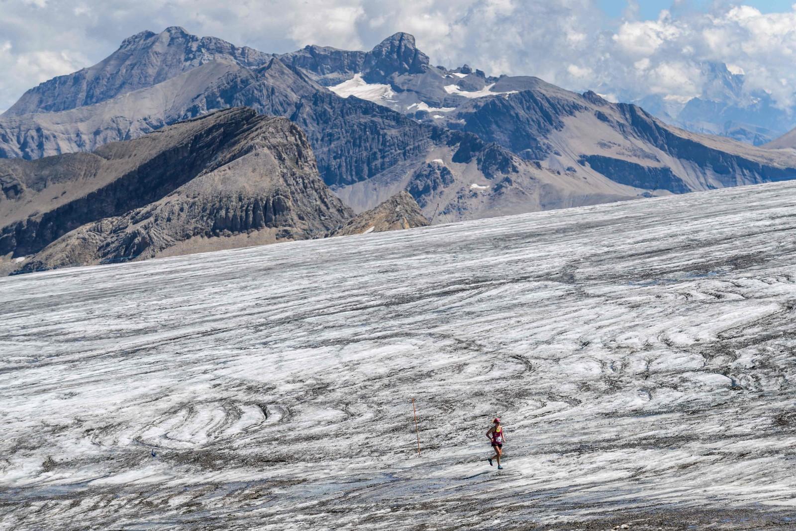 En deltaker i løpet Glacier 3000 forrige helg forserer Tsanfleuron-isbreen i nærheten av Les Diablerets i Sveits. 1200 deltakere løp enten 26 km eller maraton-distansen. Fjell-maratonet ble arrangert for første gang og ble kalt det tøffeste i Sveits. Starten gikk i Gstaad og løperne måtte forsere 2757 høydemeter. Tim Short og Andrea Huser tok seieren i henholdsvis herre- og kvinneklassen på maraton-distansen.
