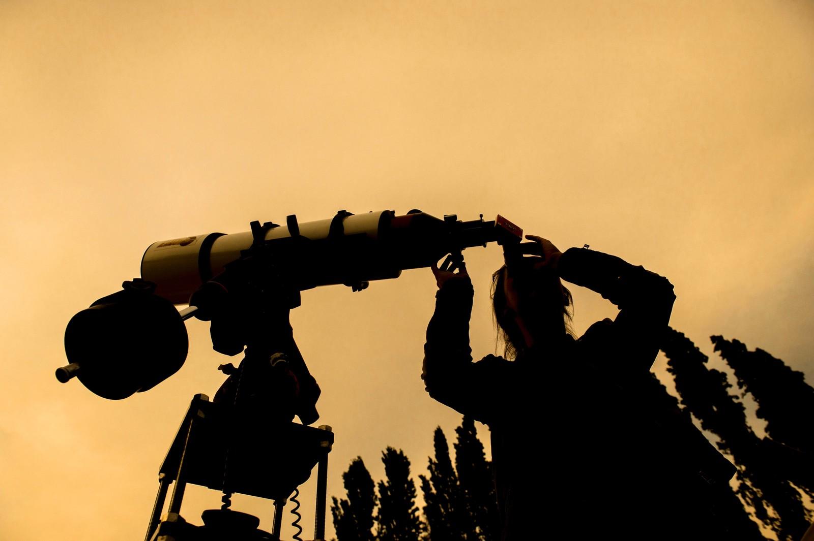 Er det noen der ute? En besøkende tar en titt gjennom et teleskop ved et astronomisk observatorium nord for Santiago i Chile.