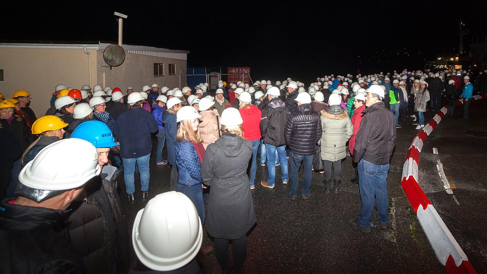 TIDLEG UTE: Mykje folk samla seg utanfor Høyanger Metalllverk før konserten.