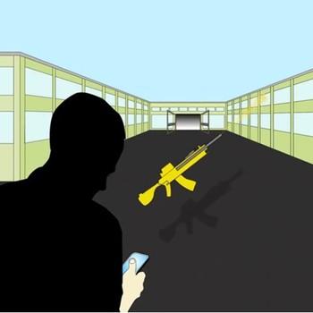 Siluetten av en person foran en bygning og ser ned på en mobiltelefon, et skytevåpen svever i lufta mellom personen og inngangen til bygningen