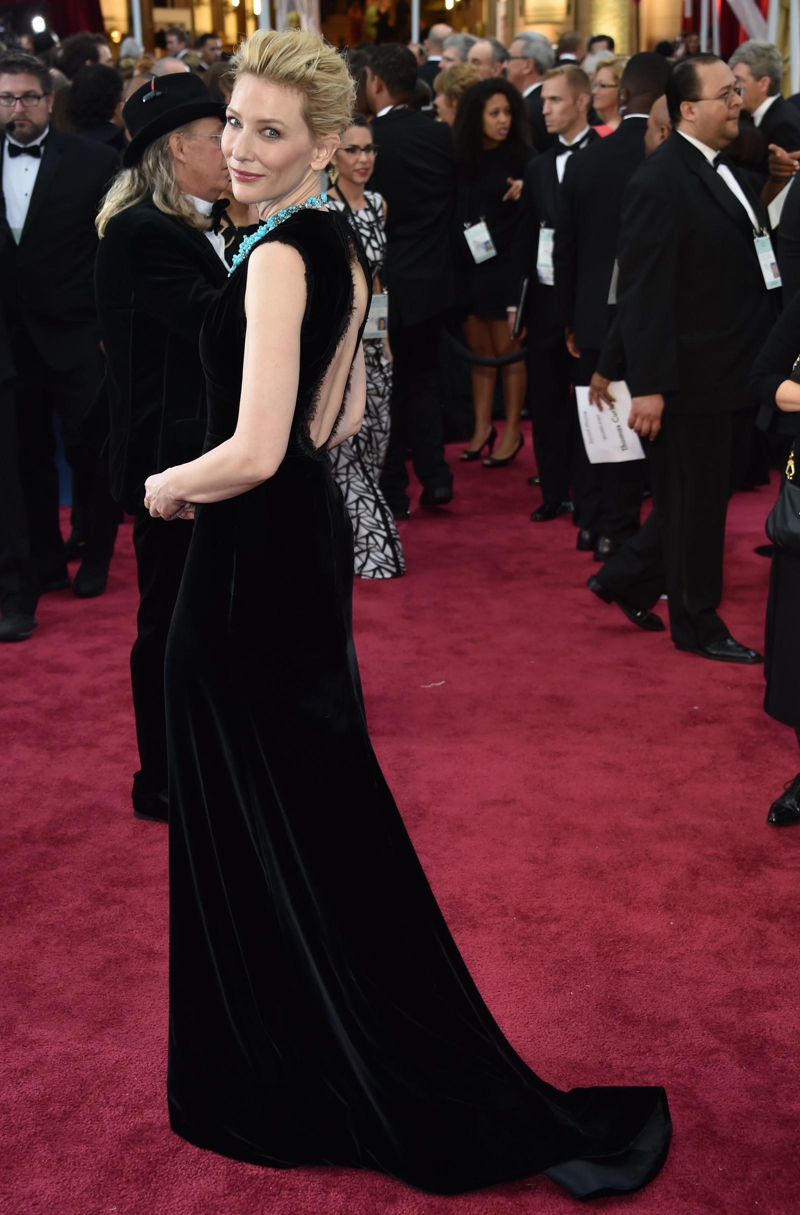 NUMMER TRE: En klassisk svart kjole med et turkis smykke som løfter antrekket, mener NRKs ekspert om Cate Blanchetts valg for kvelden.