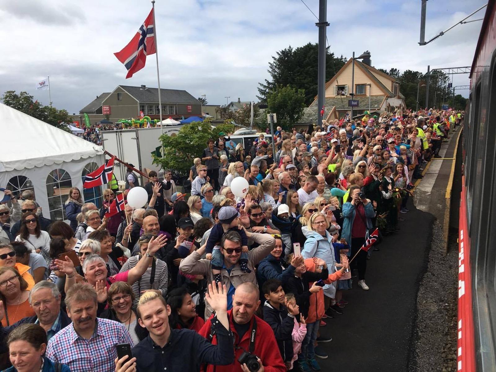 Mange jærbuer hadde møtt opp for å ønske NRK sitt sommertog velkommen til Brusand.