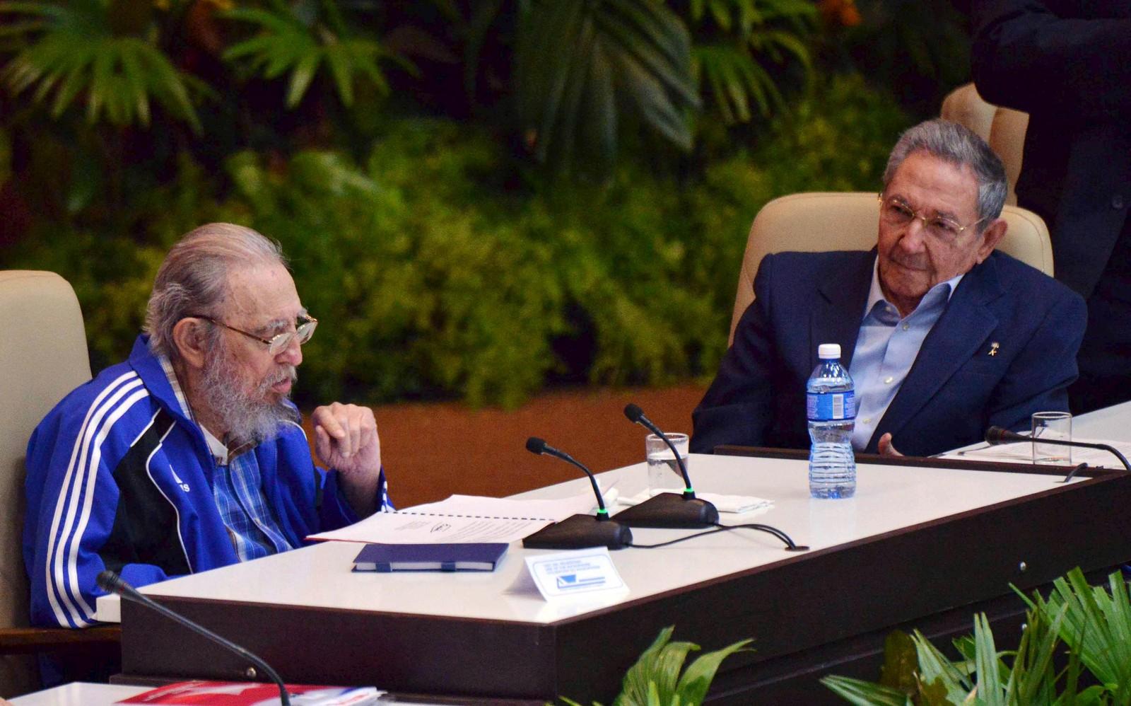 Det siste bildet som er tatt av Castro-brødrene, som til sammen har styrt Cuba i over fem tiår. Den tidligere presidenten taler under kommunistpartiets kongress i april 2016, mens den nåværende lytter på.