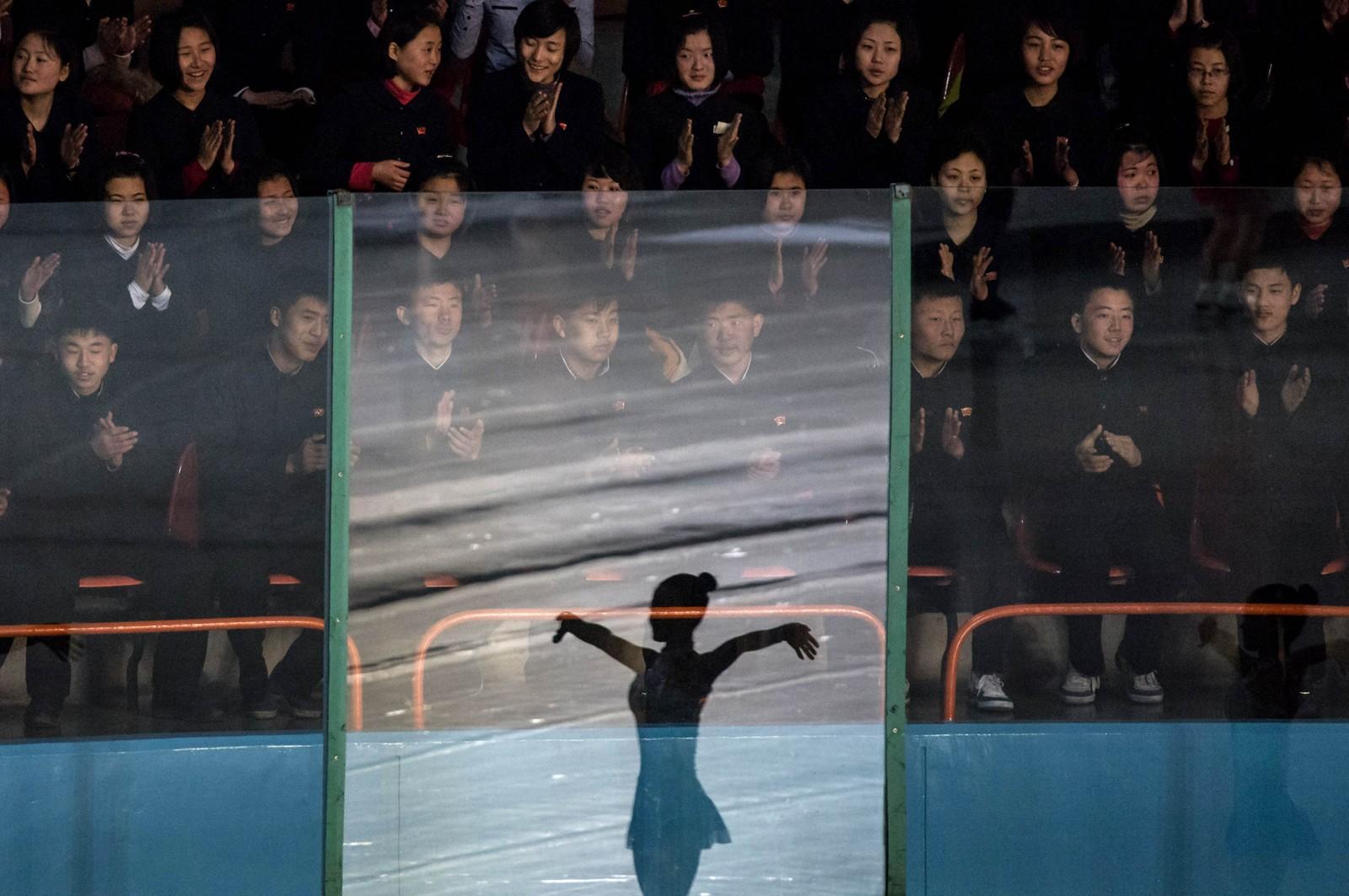 Tilskuere ser på isdans i Pyungyang i Nord-Korea