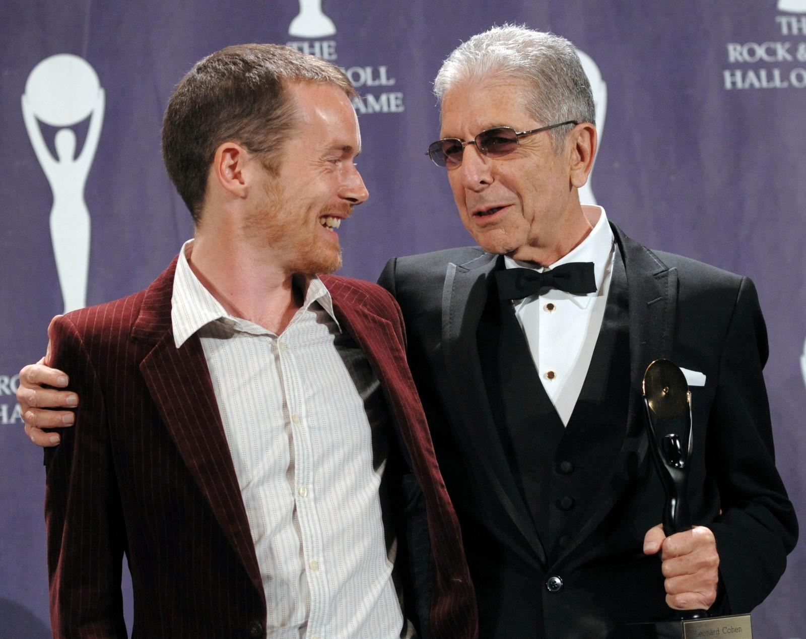 HALL OF FAME: I 2008 var det Leonard Cohen sin tur til å bli innlemmet i Rock & Roll Hall of Fame. Her sammen med musiker Damien Rice.