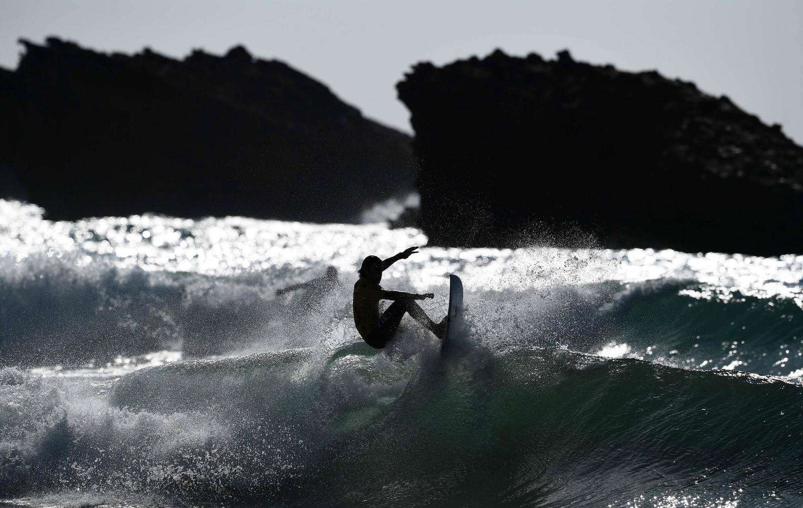 En surfer under en konkurranse i Biarritz i Frankrike.