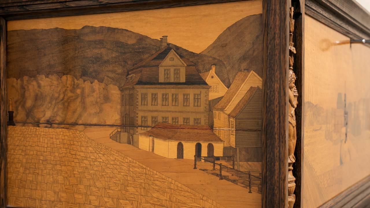 Bar-kiste i mahogni med bergenske by- og landskapsscener i intarsia. Privat eie. Utstilt på KODE.