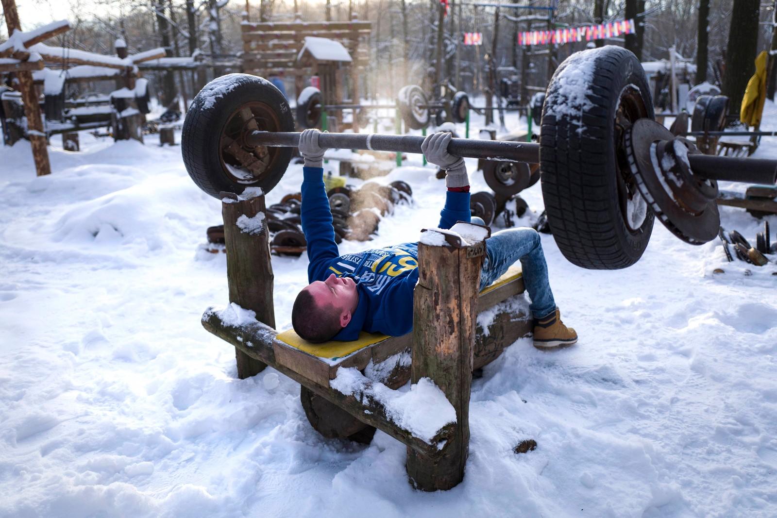 En mann trente i en park i Moskva i Russland selv om det var 18 kuldegrader denne morgenen.