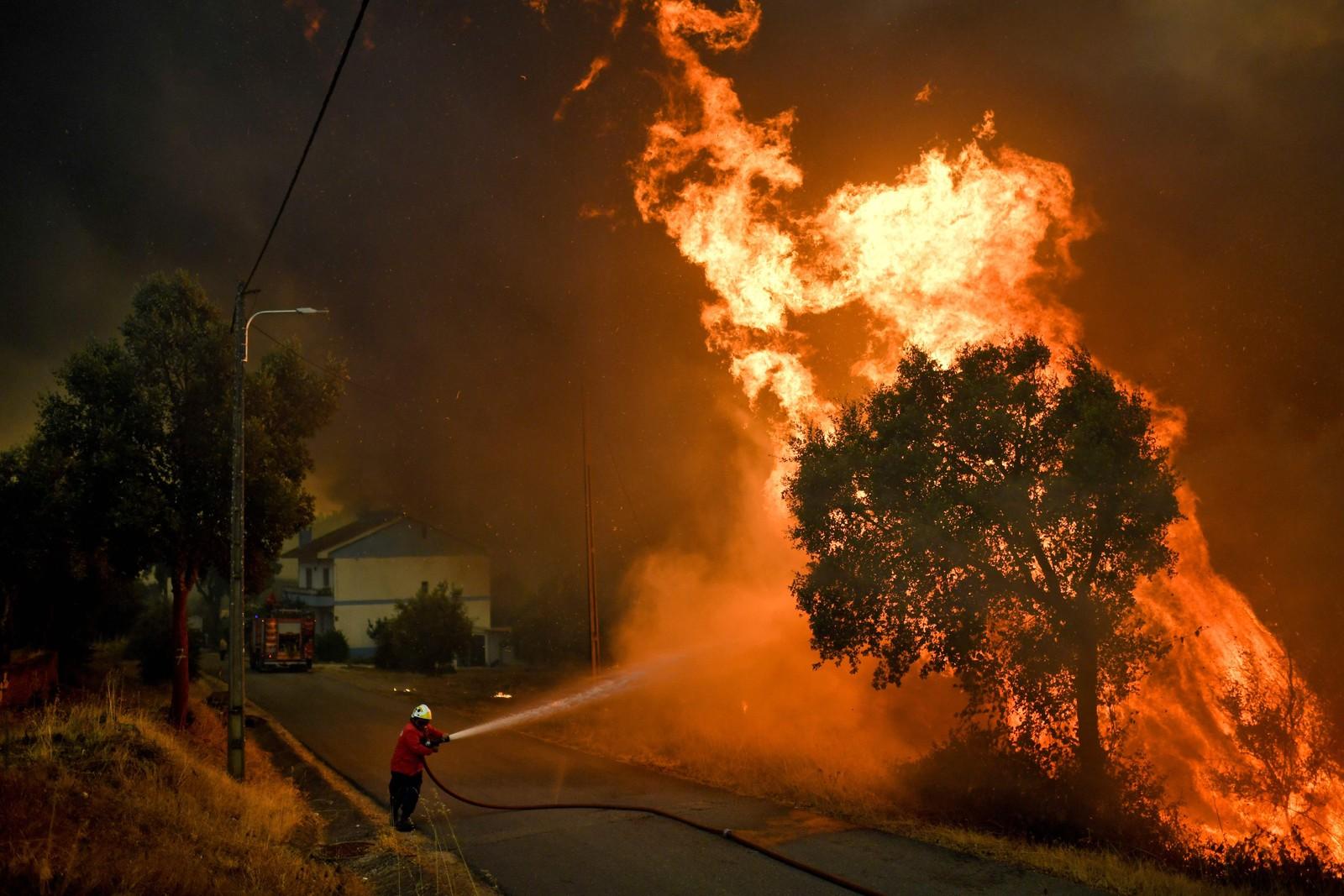 80 skogbranner herjer for tiden i Portugal og rundt 3000 brannmannskaper jobber på spreng. En av dem forsøkte her torsdag å temme flammene ved landsbyen Pucarica i Abrantes, nordøst for Lisboa.
