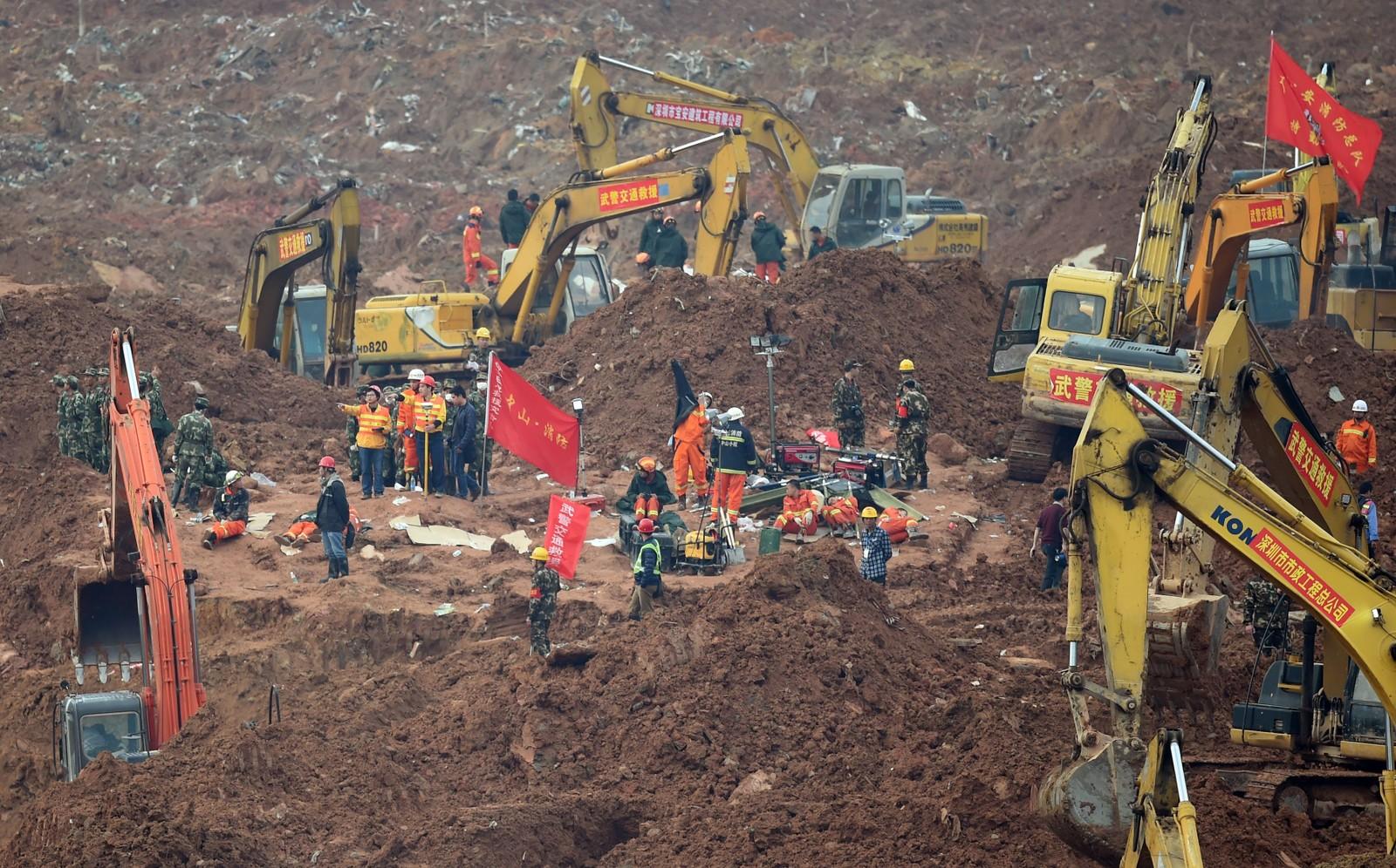 Skredet begravde over 30 bygninger i et hav av gjørme, ødela en naturgassledning og utløste en gasseksplosjon som kunne høres fire kilometer unna.