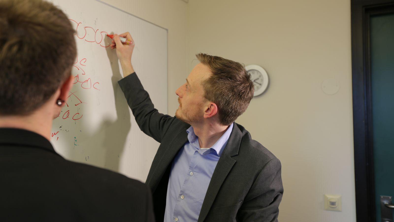 Morten Goodwin tegner og forklarer kunstig intelligens