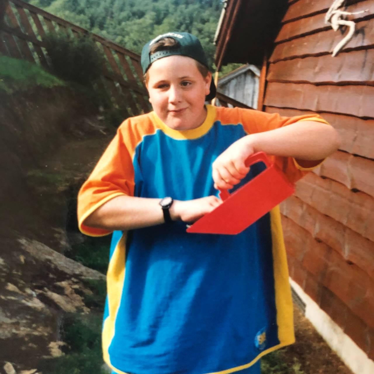 Barnebilde av Ronny Brede Aase på hytta.