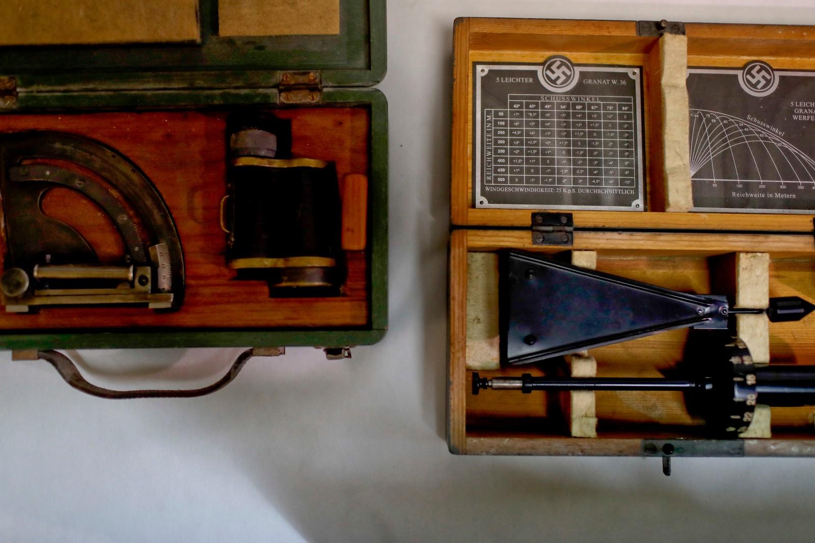 Gjenstanden til venstre skal være medisinsk utstyr brukt av nazistene til å måle hodestørrelse. Gjenstanden til høyre skal være våpenutstyr.