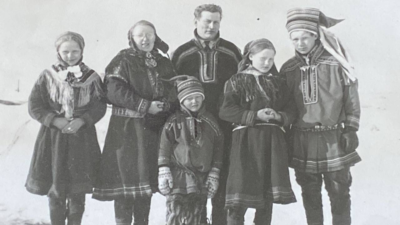 Máhte Morten ja su bearaš; Máret, eamit Elle, Morten ieš, Sárá, Heaika ja ovddabealde Máhtte.