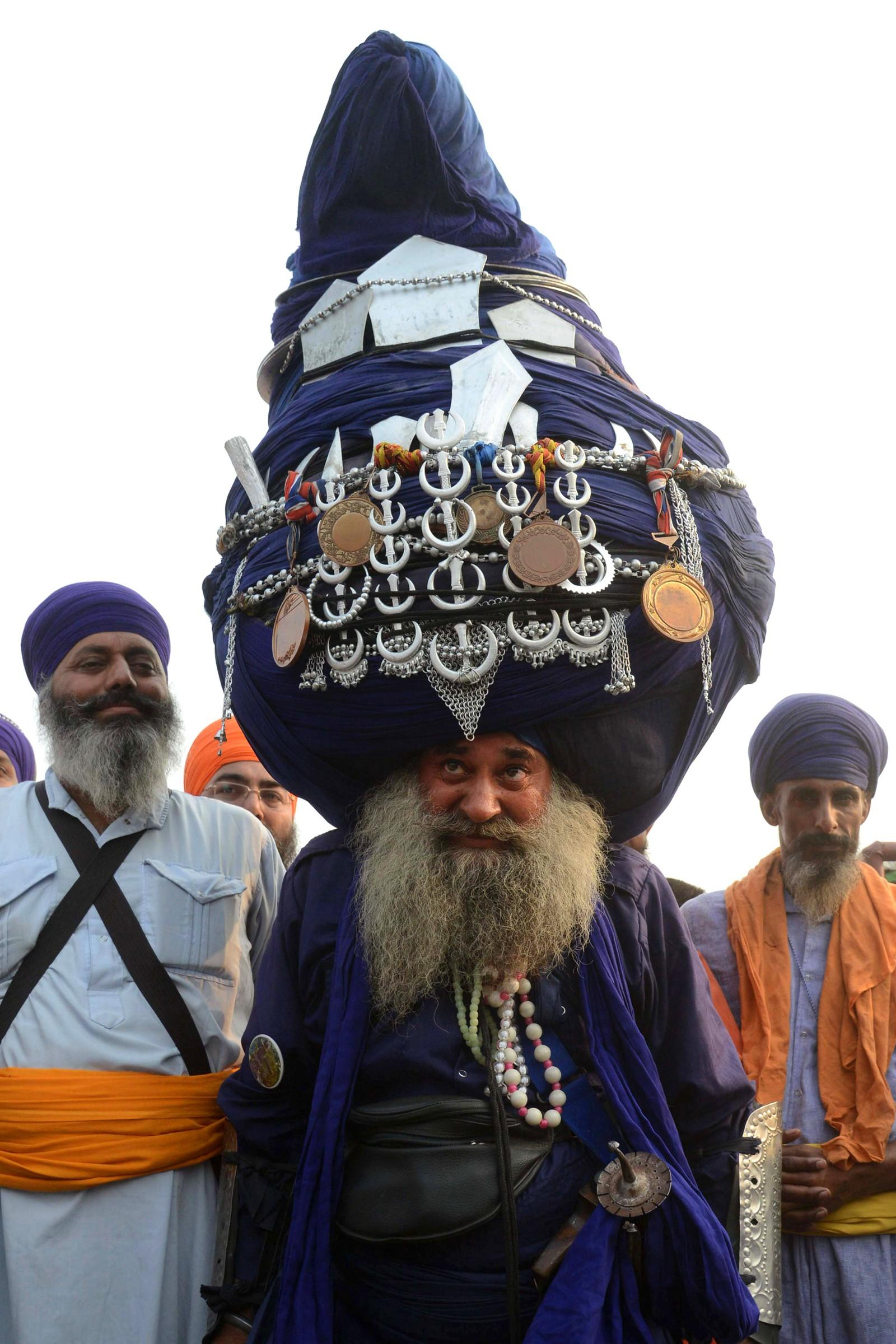 """En indisk Sikh """"Nihang"""", en tradisjonell Sikh-kriger, har på seg en 800 meter lang turban under feiringen av Fath Divas i Amritsar i India."""