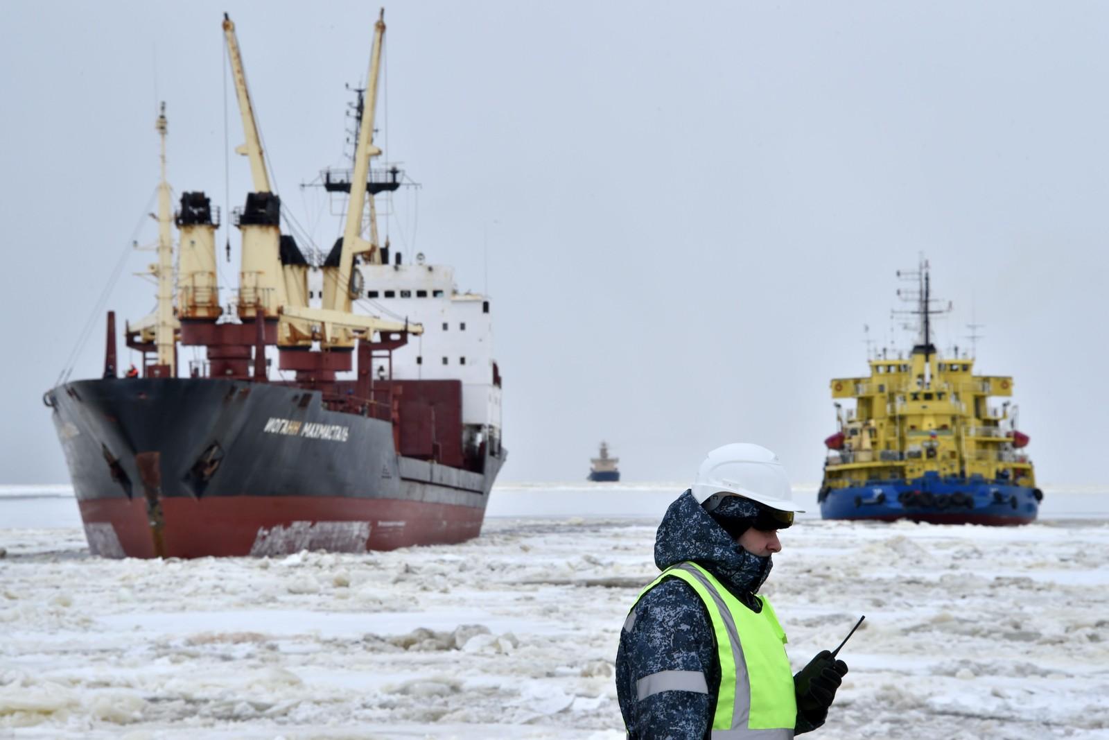 ISBRYTER: Isbryteren Tor ved havnen i Sabetta, mai 2016. Etter at EU og USA innførte sanksjoner mot Russland, og europeiske land forsøker å gjøre seg uavhengig av russisk gass, har Russland vendt oppmerksomheten mot Japan, Kina og Sør-Korea. For å frakte gassen til Asia gjennom Nordøstpassasjen må kraftige isbrytere tas i bruk.