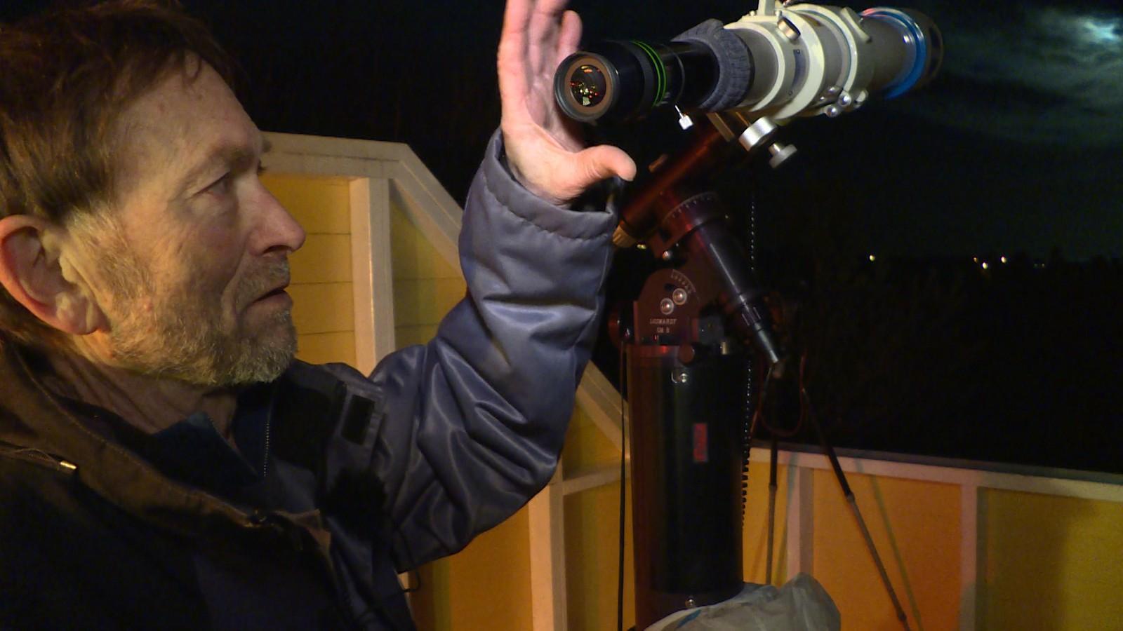 Lewis med teleskopet, klar for å se på månen.