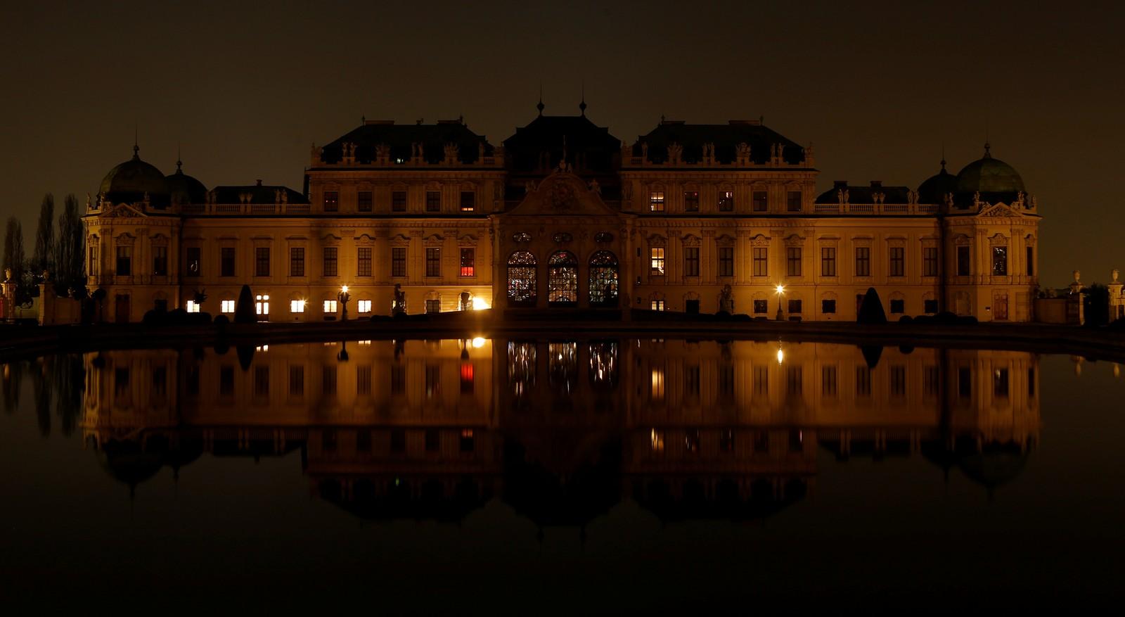 Palasset Belvedere i Wien i Østerrike etter at lysene slukkes.