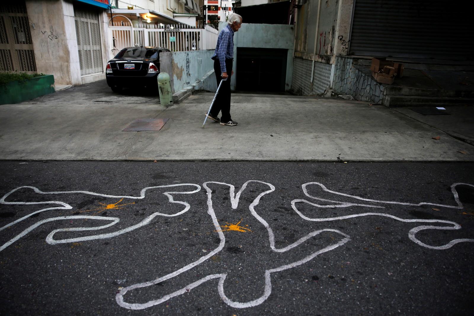 Noen krittstreker til minne om voldsofrene i forbindelse med en demonstrasjon mot den sittende presidenten i Venezuela.