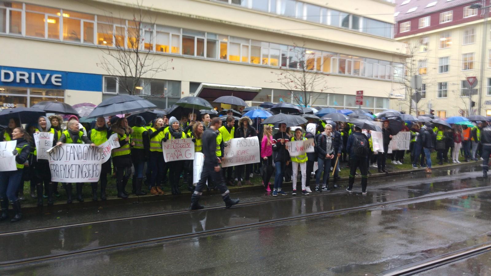 Gaten utenfor fylkesbygget var fylt opp av protesterende ungdommer.
