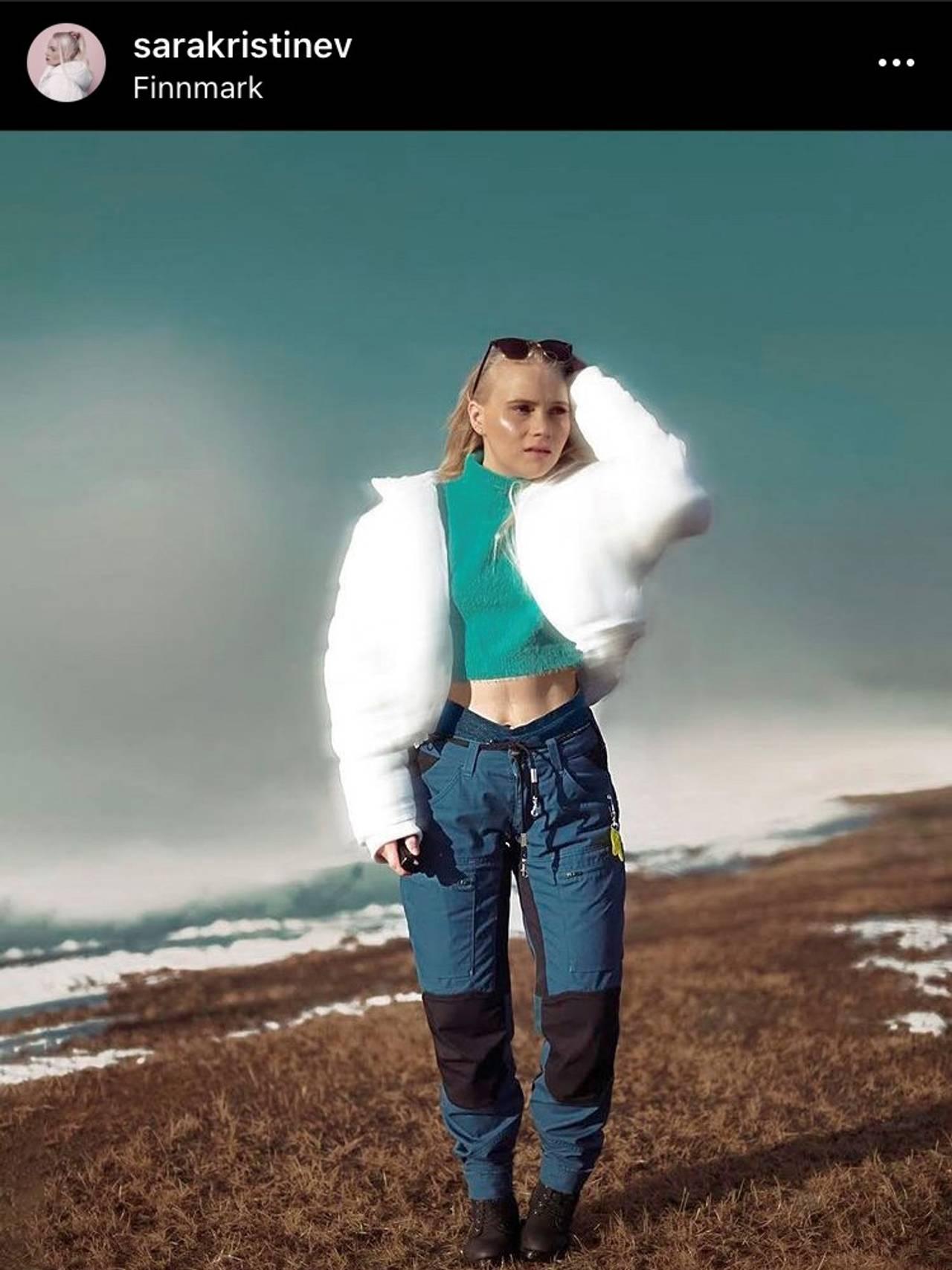 Sara Kristine Vuolab på på fjelltur. Hun står på en bar flekk på vidda på vårvinteren.