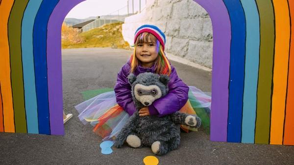 Norsk dramaserie. Regnbuen. Mia skal begynne på den store avdelingen i barnehagen, Regnbuen. Hun føler seg ikke klar og vil ikke dra.
