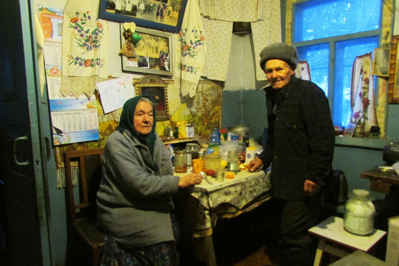 Maria og Ivan Ivanovitsj på kjøkkenet i huset sitt inne i den forbudte sonen rundt Tsjernobyl.