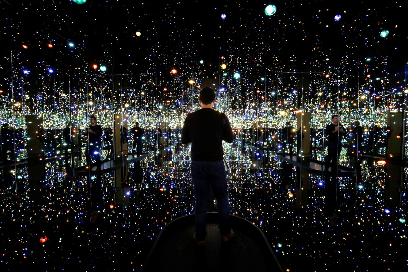 "En mann besøker utstillingen ""Infinity Mirrored Room - The Souls of a Million Light Years Away"", skapt av den japanske kunstneren Yayou Kusama. Utstillingen vises på museet Hirshhorn i Washington, USA."