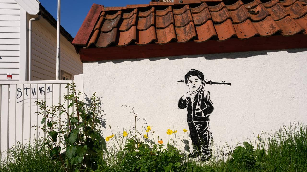 Gatekunst i Bergen. Buekorps-gutt.