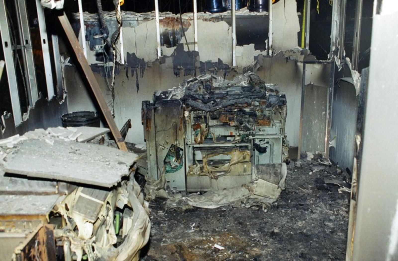 En ødelagt kopimaskin vitner om det yrende kontormiljøet som befant seg på stedet.